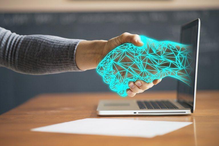 technology 768x512 - Inteligencia artificial: 64% de los empleados confiarían más en un robot que en su jefe